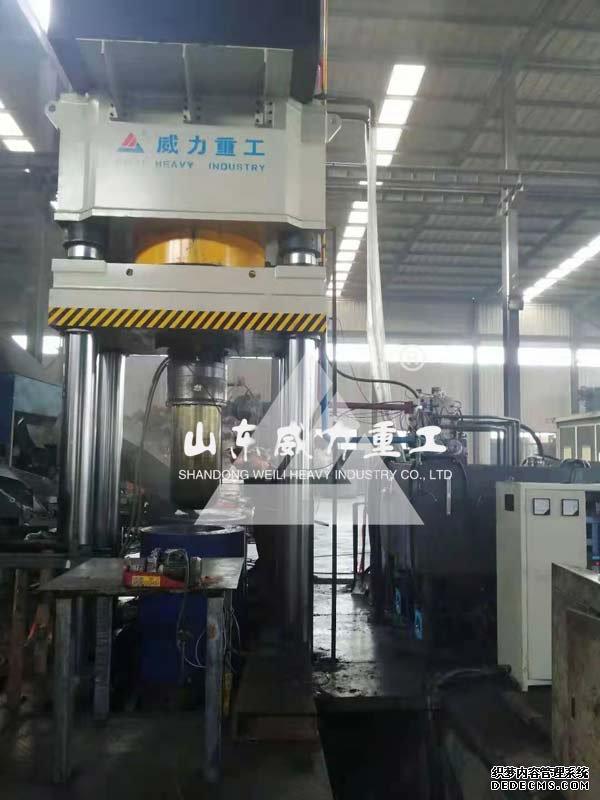 1500吨四柱式坩埚成型液压机